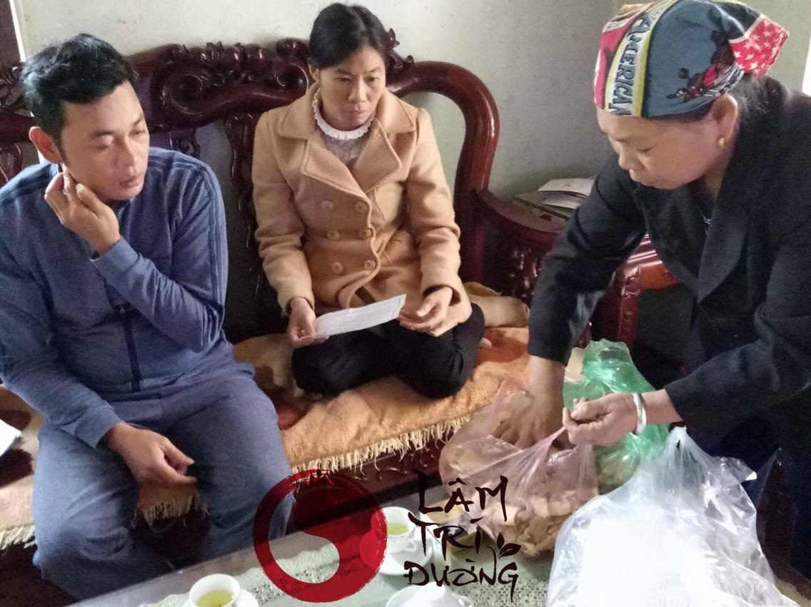 Mẹ vợ anh Bùi Văn Trúc bốc thuốc cho bệnh nhân