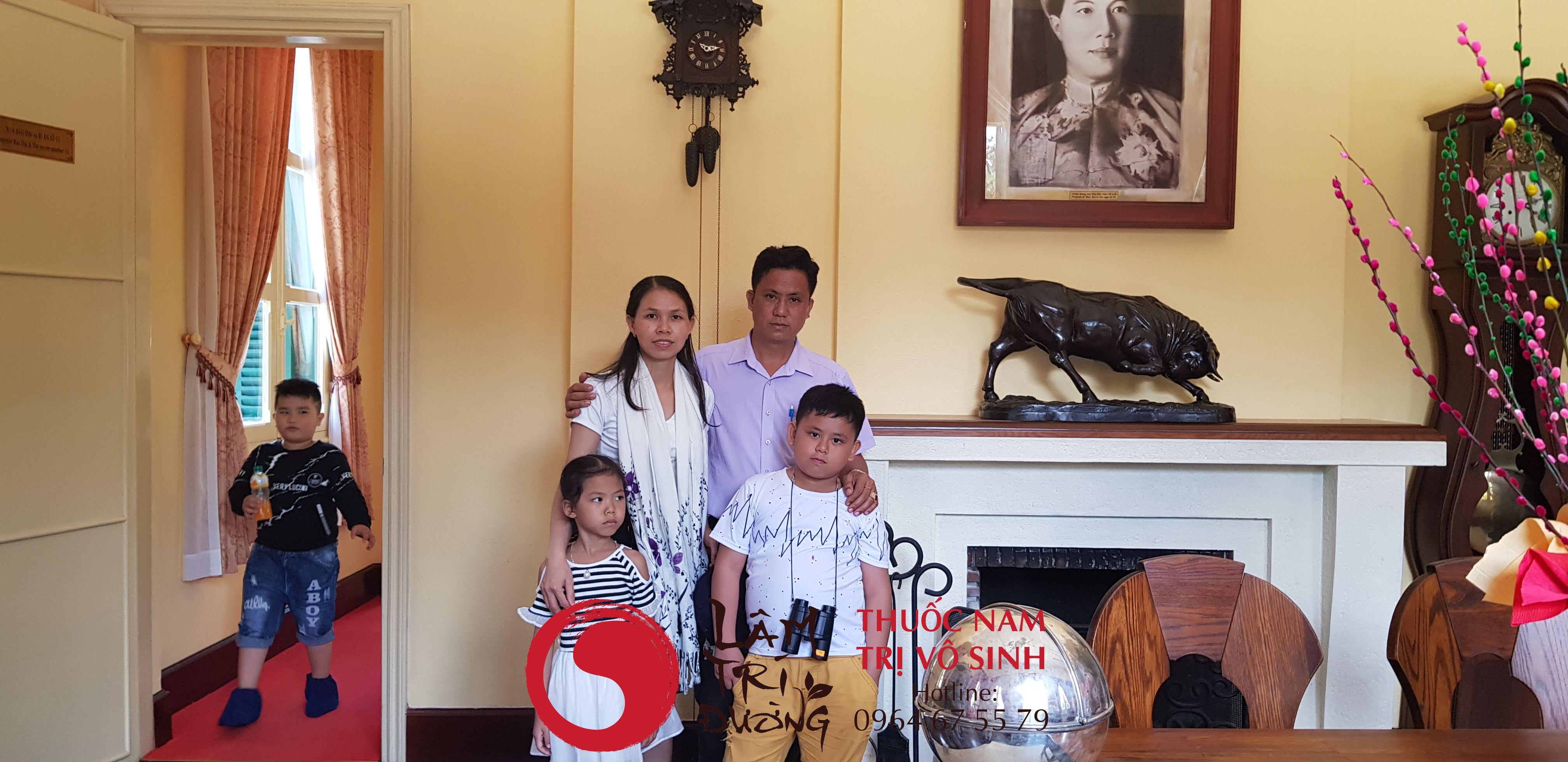 Bùi Văn Trúc cùng vợ và 2 con